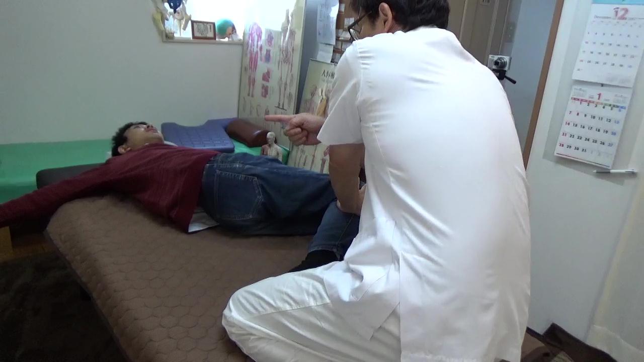 肩を広げて膝倒しをすると背骨の歪みをみることになり植えている方の肩甲骨が硬かったりします