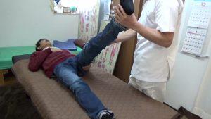 膝を伸ばして足を上げることでハムストリングスのテスト検査かつストレッチ