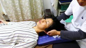 後頭骨を押さえて頚椎の一番との動きをつける