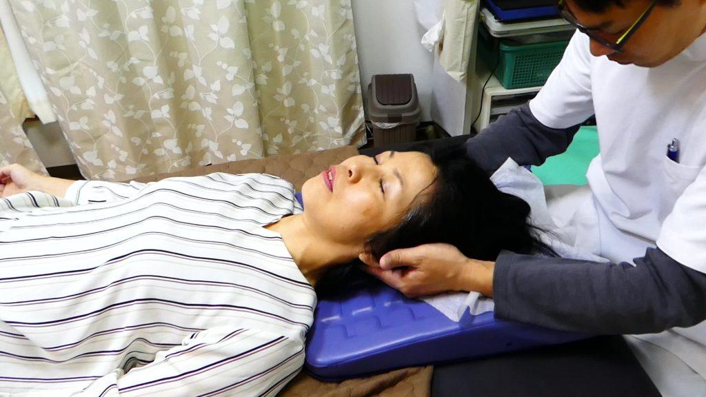 ストレートネックの人は頭の重みを利用して首にカーブをつける