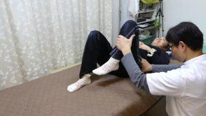 インナーマッスル大腰筋腸腰筋を押さえながら股関節を曲げ伸ばしする