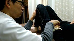 インナーマッスル大腰筋腸骨筋を押さえながら膝倒し運動