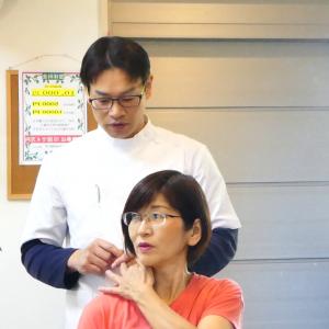 首の右回旋運動検査で右側の首の付け根がつまる