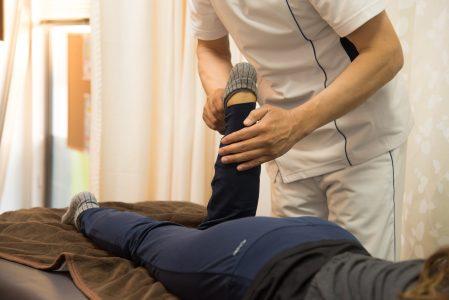 足首アキレス腱ふくらはぎ伸ばすポーズ