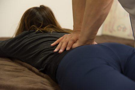 腰を押さえる腰痛ポーズ