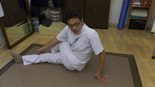 身体を捻じる腰痛ポーズ