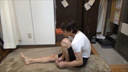膝を胸につけて曲げ伸ばしで前屈ストレッチ (2)