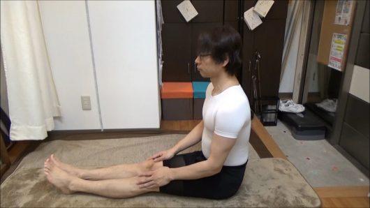 足を伸ばして座る長座