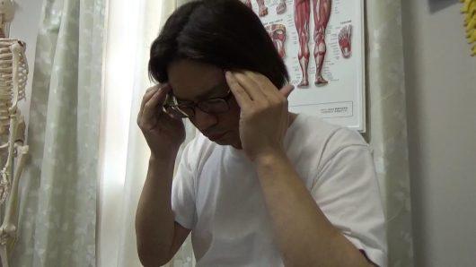 頭痛マッサージこめかみを押さえる