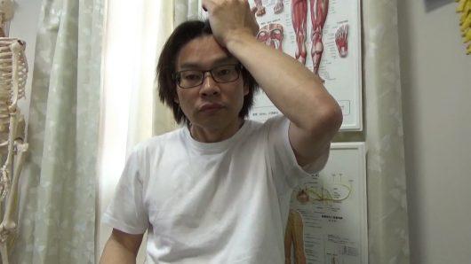 前頭骨を押し上げる頭痛マッサージ