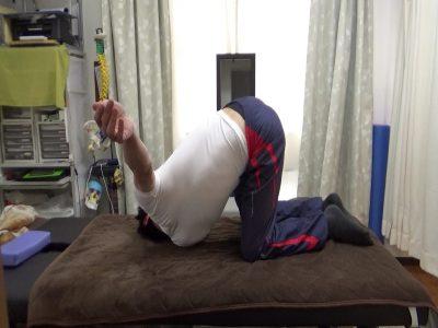 柔軟体操で腰の捻じりストレッチ
