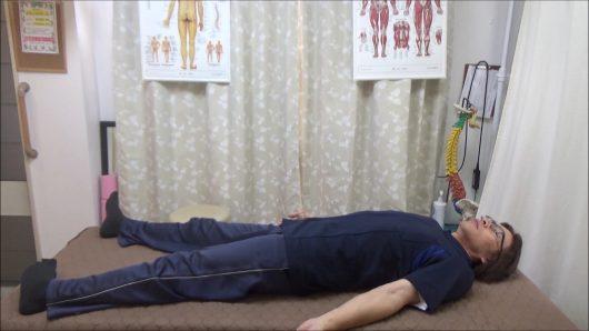 仰向けに寝て手足を広げる内転筋と内側ハムストリングスの筋トレ