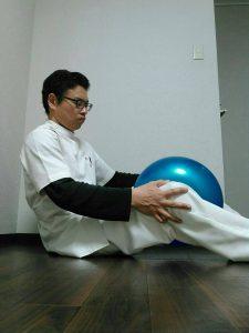 膝のボール運動内転筋筋トレ